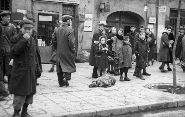 Na ulicach getta ludzie umierali z głodu, a Abraham Gancwajch urządzał synowi wystawną bar micwę! (źródło: Bundesarchiv, lic. CC BY-SA 3.0 de).