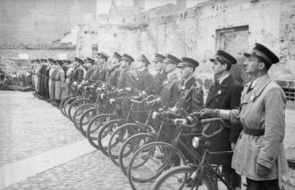 Żydowscy policjanci w getcie warszawskim, maj 1941 (autor: Ludwig Knobloch, źródło: Bundesarchiv, lic.: CC BY-SA 3.0 de).