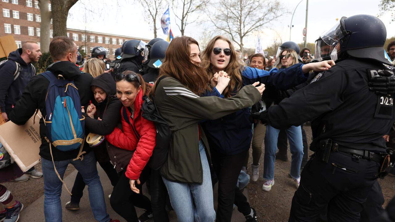 Manifestantes chocan con la policía en Berlín, Alemania, luego de que la cámara baja del parlamento, Bundestag, aprobara adiciones a la ley para prevenir contagios en el país, que otorga más poderes a la canciller Angela Merkel para controlar la pandemia de Covid-19. 21 de abril de 2021.