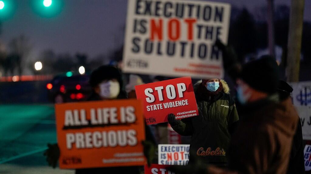Varios activistas contrarios a la pena de muerte se manifestaron a la salida del penal contra la ejecución de Montgomery. 13 de enero de 2021.