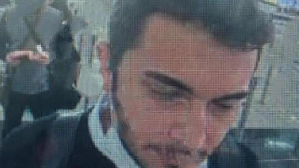 لقطة من كاميرا للمراقبة نشرتها وكالة انباء دميرورين بتاريخ 11 نيسان/أبريل 2021 تظهر فاروق فاتح أوزر عند قسم الجوازات في مطار اسطنبول الدولي
