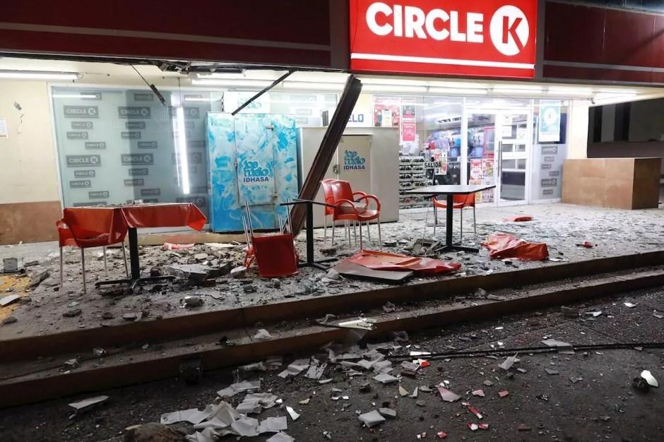 Vista general de daños en los edificios de la zona hotelera este martes, debido al sismo de 7.1 en el balneario de Acapulco en el estado de Guerrero (México). Un sismo de magnitud 7,1 sacudió este martes el centro y sur de México, sin que hasta ahora se reporten víctimas o daños materiales.