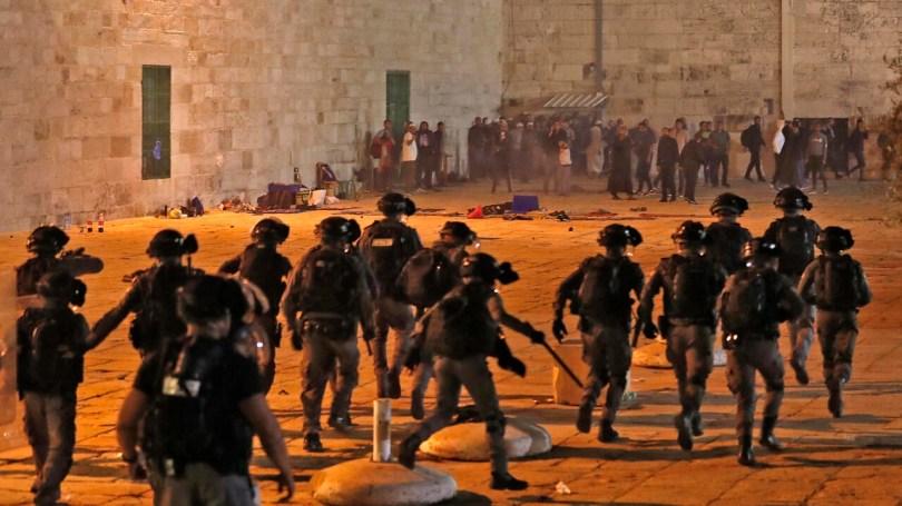 Affrontements entre forces de sécurité israéliennes et des manifestants palestiniens dans l'enceinte de la mosquée al-Aqsa, sur l'Esplanade des Mosquée à Jérusalem,le 7 mai 2021.