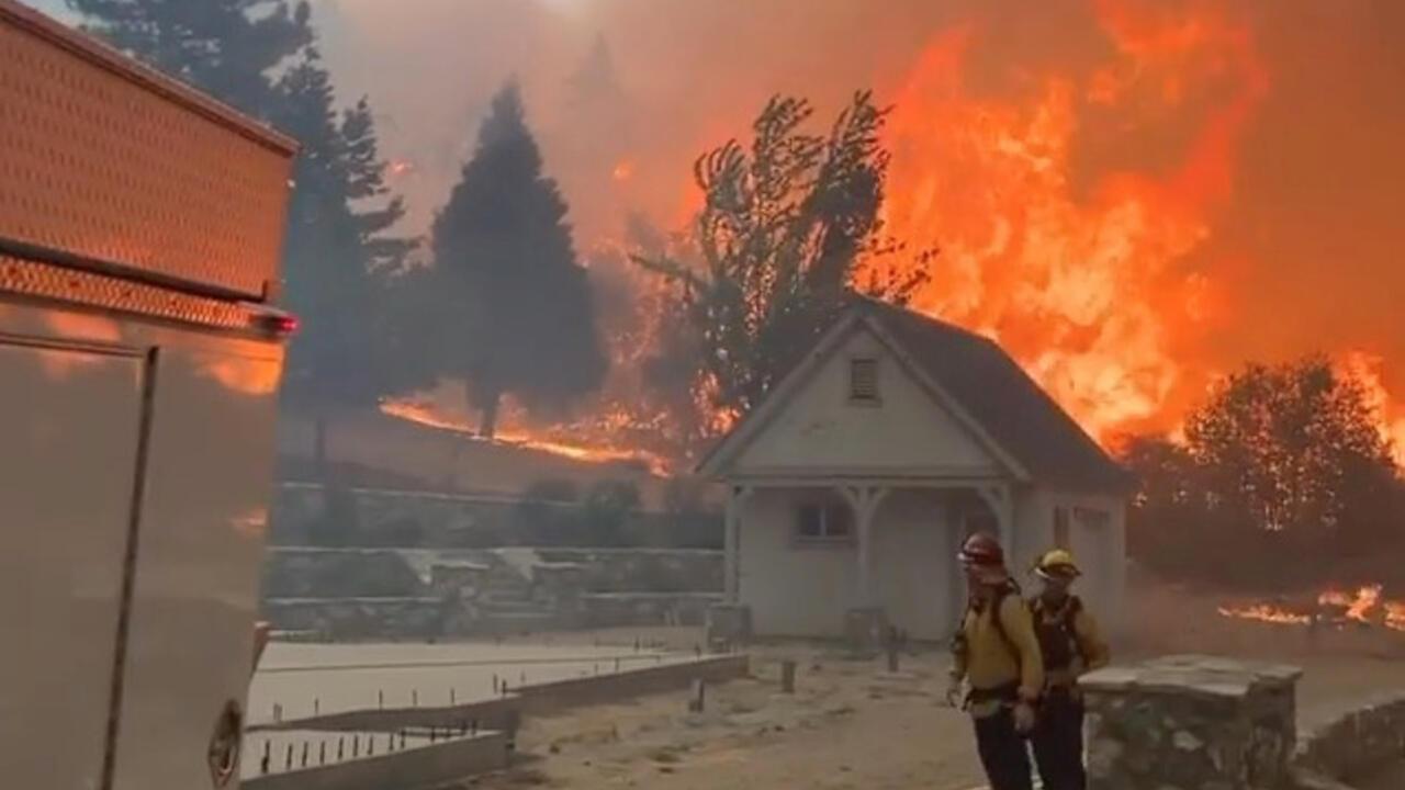 Bomberos mirando un incendio en Oak Glen, California, Estados Unidos.