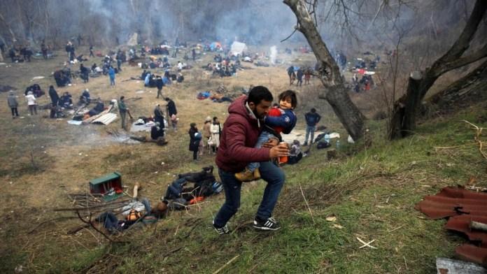 Resultado de imagen para Fotos de inmigrantes en el paso fronterizo de Pazarkule,