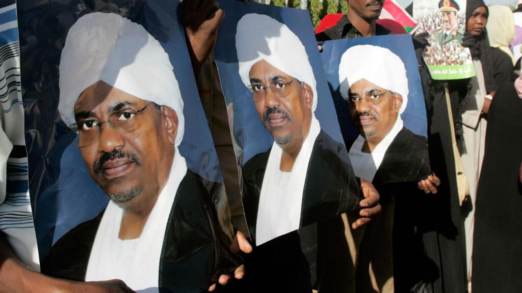 Des portraits d'Omar el-Béchir, lors d'une manifestation à Khartoum, le 4 mars 2019.
