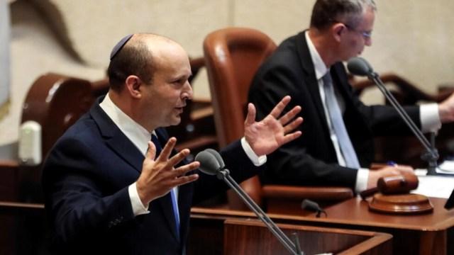 Naftali Bennett, primer ministro designado, habla en la Knesset, el parlamento de Israel, durante una sesión especial en la que se realizó un voto de confianza para aprobar y jurar un nuevo gobierno de coalición, en Jerusalén el 13 de junio de 2021