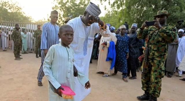 Un padre recibe a su hijo, tras ser liberado de un secuestro, en Katsina, Nigeria, el 18 de diciembre de 2020.