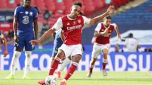 الغابوني بيار-ايميريك اوباميانغ يسجل هدف التعادل لأرسنال من ركلة جزاء ضد تشيلسي في نهائي كأس إنكلترا لكرة القدم على ملعب ويمبلي في الأول من آب/أغسطس 2020.