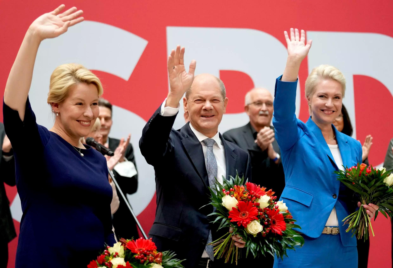 Olaf Scholz (centro), candidato a canciller del SPD, posa con sus colegas del partido Franziska Giffey (izquierda), candidata a alcaldesa de Berlín, y Manuela Schwesig, gobernadora de Mecklemburgo-Pomerania Occidental, en la sede del SPD el lunes 27 de septiembre de 2021 .
