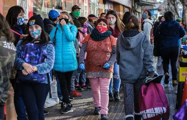 Archivo-Ciudadanos ante un supermercado en Valparaíso, Chile, en medio de la pandemia por Covid-19 el 12 de junio de 2020.