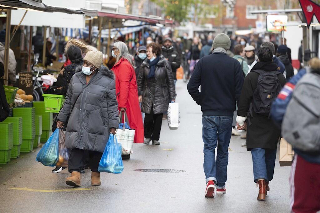 Un mercado callejero en Amsterdam lleno de personas que hacen las últimas compras antes del confinamiento total. Países Bajos. 14 de diciembre de 2020.