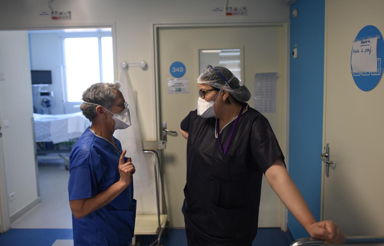 Les médecins Irène Kriegel (à gauche) et Widad Abdi discutent dans le service de réanimation de la clinique de l'Estrée. La question des plannings et des effectifs occupent une part importante de leurs échanges.