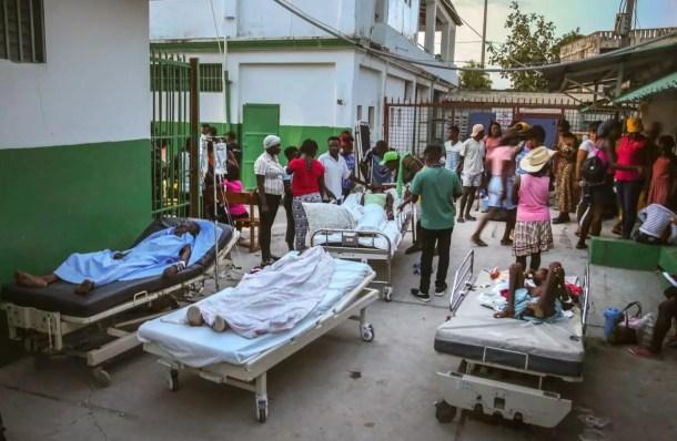 Los hospitales de Les Cayes, uno de los lugares más afectados por el terremoto, se encuentran desbordados. Las personas heridas son atendidas en colchones y camillas en las calles del país.