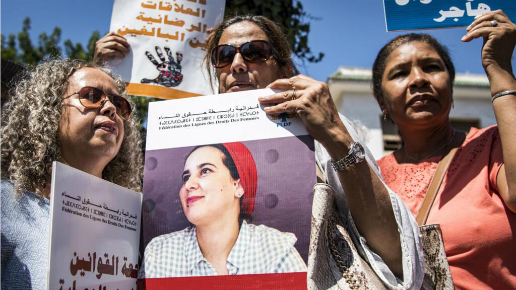 Des manifestantes dénoncent le sort réservé à Hajar Raissounid devant le tribunal de Rabat le 9 septembre.
