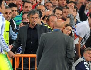 José Mourinho também é retirado do jogo e vai para a arquibancada (Foto: AFP)