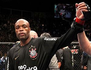 Anderson Silva  comemora com a camisa do Corinthias (Foto: Divulgação)