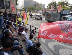 Operários do Maracanã fazem manifestação na porta do TRT (Foto: André Casado/GLOBOESPORTE.COM)