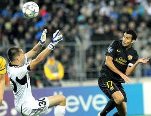 Pedro na partida do Barcelona contra o BATE (Foto: AFP)