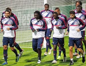 jogadores no treino do Lyon  (Foto: Reuters)