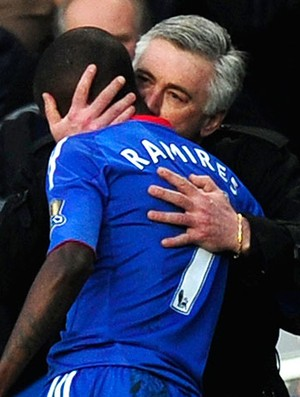 Carlo Ancelotti beija Ramires durante comemoração do Chelsea (Foto: Reuters)