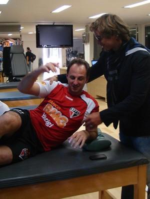 Rogério Ceni recebe a visita de Lugano no CT (Foto: Sergio Gandolphi)