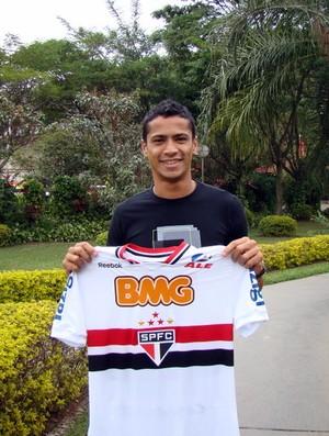 Cícero mostra a camisa do São Paulo (Foto: Site oficial do São Paulo FC)