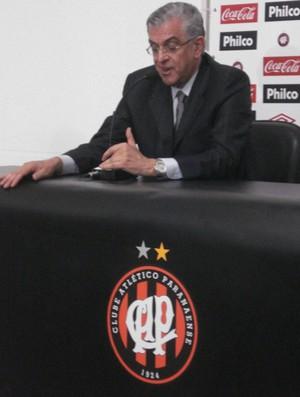 Petraglia, do Atlético Paranaense. Apenas mais um exemplo da Lei de Gérson pró-clubes.