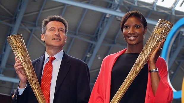 Sebatian Coe e Denise Lewis, atleta do heptatlo, posam com as peças (Foto: agência Getty Images)