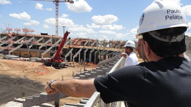 Paulo Pelaipe mostra a Arena do Grêmio (Foto: Eduardo Cecconi/Globoesporte.com)