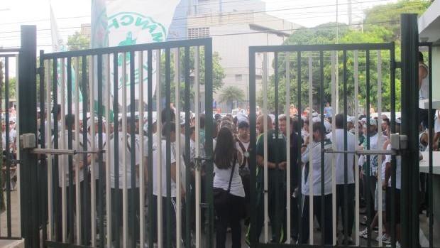 Torcida no portão principal da Academia do Palmeiras (Foto: Diego Ribeiro / Globoesporte.com)