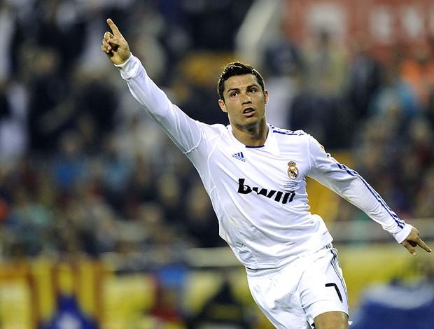 Cristiano Ronaldo comemora gol do Real Madrid contra o Barcelona (Foto: AFP)