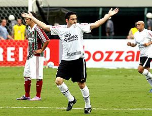 Chicão comemora gol do Corinthians sobre o Fluminense
