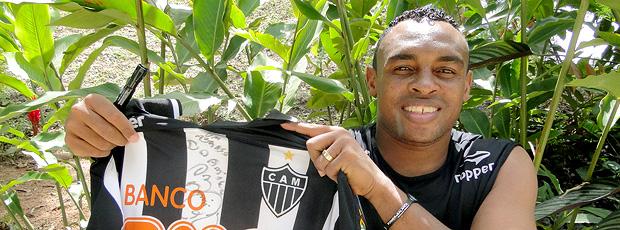 Obina, do Atlético-MG, autografando uma camisa do time (Foto: Valeska Silva / Globoesporte.com)