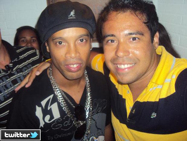 Ronaldinho Gaúcho com torcedor em Florianópolis
