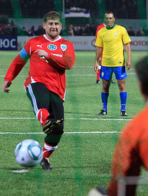 'Brazil Stars': presidente da Chechênia perde pênalti defendido por Zetti (Foto: Reuters)