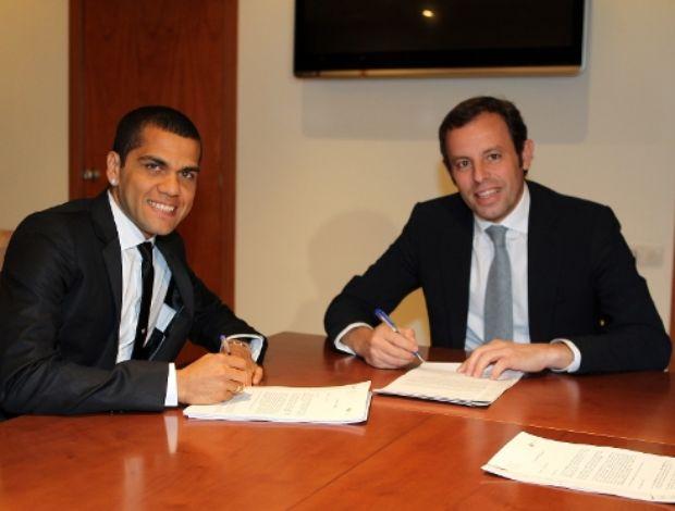 Daniel Alves assina contrato com o Barcelona (Foto: Divulgação)
