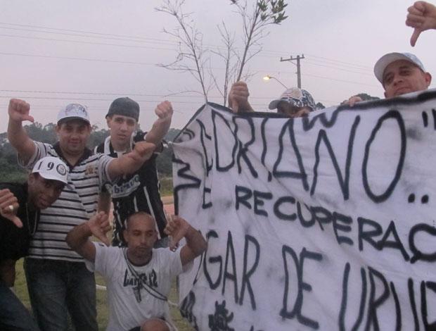 Protesto contra Adriano (Foto: Julyana Travaglia / Globoesporte.com)