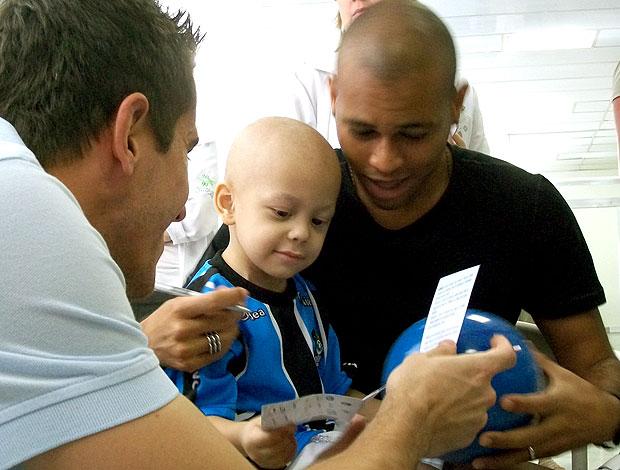 Gabriel, do Grêmio, visitando o Instituto do Câncer Infantil (Foto: Eduardo Cecconi / GLOBOESPORTE.COM)