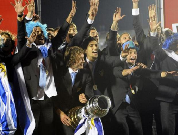 Jogadores Uruguai festejam no Centenário (Foto: EFE)