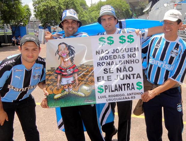 cartaz protesto grêmio ronaldinho gaúcho (Foto: Alexandre Alliatti / Globoesporte.com)