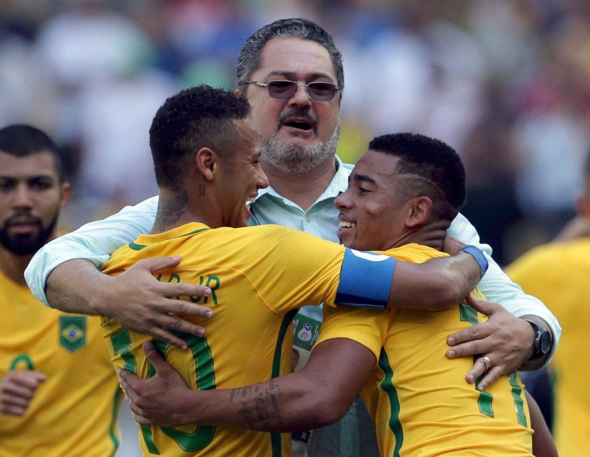 Micale e os garotos da Seleção Olímpica (Foto: Reuters)