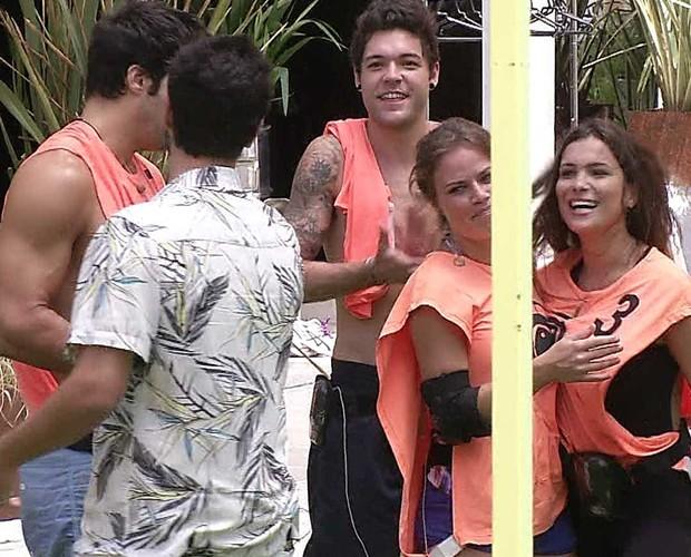 Grupo laranja comemora (Foto: BBB/ TV Globo)
