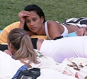 Kelly afirma para Renata que não repetirá voto nela (BBB/ TV Globo)