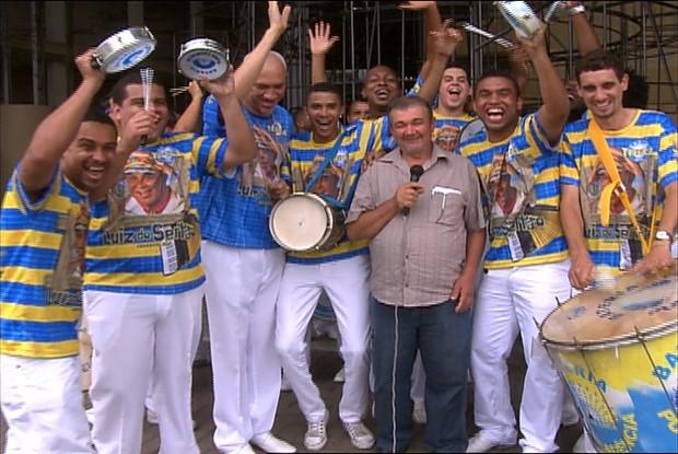 Higino ensaia com integrantes da bateria da Unidos da Tijuca (Foto: Caldeirão do Huck / TV Globo)
