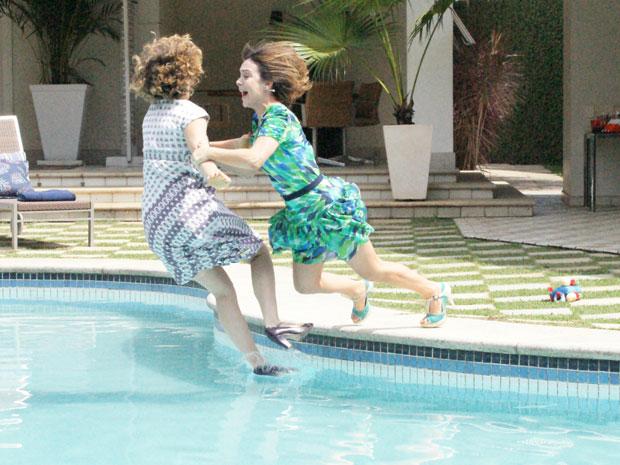 Agostina e Jésica caem na piscina e a briga continua até debaixo d'água