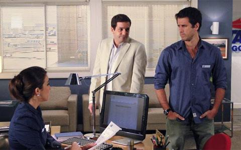 Pedro descobre que só conseguiu emprego por causa de Marina (Insensato Coração/TV Globo)