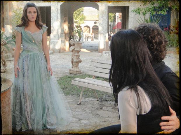 Açucena vê Felipe consolando Dora e sente ciúmes (Foto: Cordel Encantado/TVGlobo)