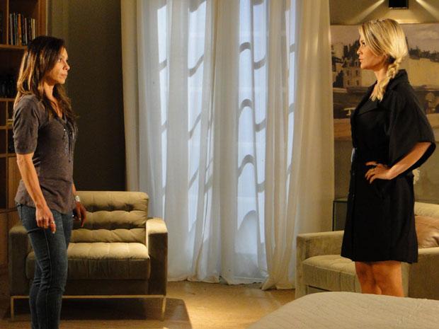 Amanda descobre existência de dossiê após Naomi desabafar (Foto: Morde & Assopra/TV Globo)