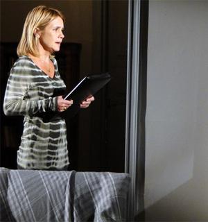 Júlia consegue dossiê contra Naomi  (Morde & Assopra / TV Globo)